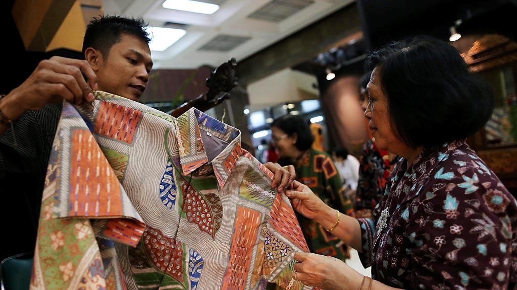Suasana Pameran Batik Warisan Budaya VIII yang diikuti 44 perajin industri kecil menengah binaan Yayasan Batik Indonesia di Plasa Pameran Industri, Kemenperin, Jakarta, Kamis (1/10). Berdasarkan data Kementerian Perindustrian, ekspor batik pada tahun 2014 sebesar 48,97 juta dollar AS. Kompas/Totok WIjyanto (TOK) 01-10-2015